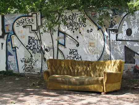 Couch vor Grafitti, Berlin Friedrichshain