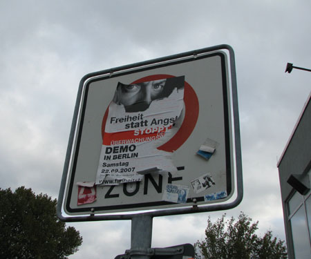 Demo-Plakat überklebt Tempo 30-Zone