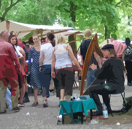 Harfenspieler auf dem Boxhagener Markt, Berlin-Friedrichshain