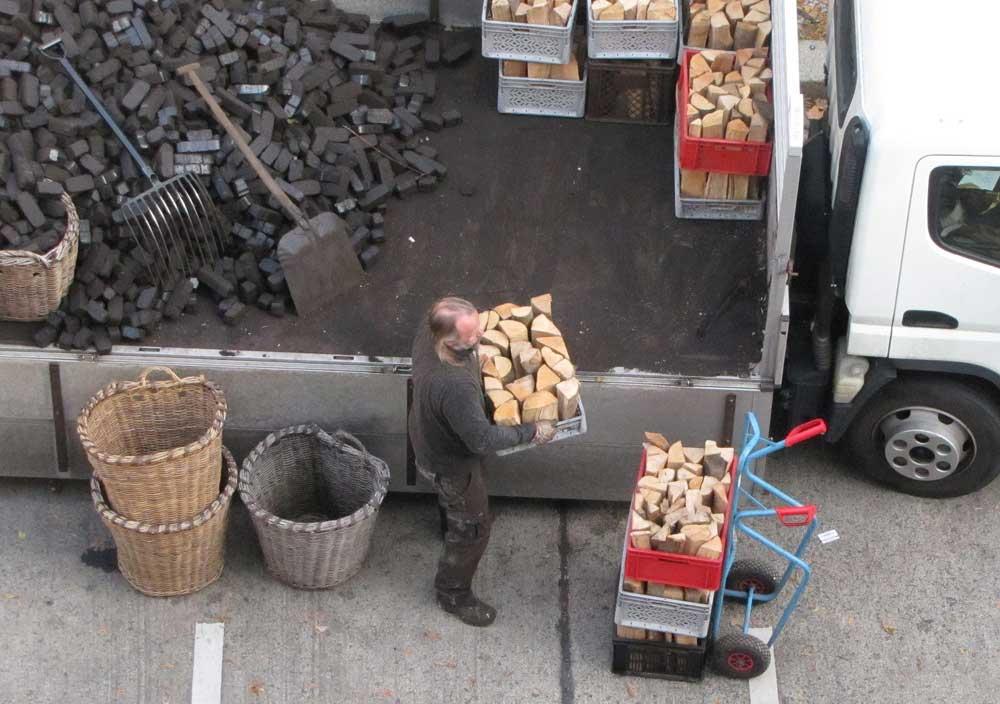 Briketts und Holz-Lieferung